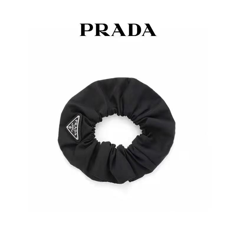プラダ シュシュ髪飾り ブランド 黒シンプルな設計飾り ナイロンタッチ製 PRADAモノグラムヘアアクセサリ  質感バンド セレブ愛用ヘアゴム 女性向け流行り